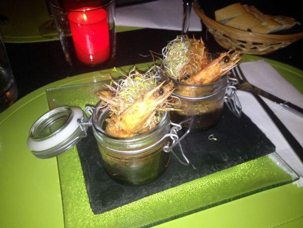 Crujiente de langostino en tempura panko con reducción de soja casera al estilo kepchap manis