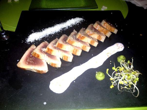 Tataki de atún al aceite de brasas con coco, yogurt de sésamo, wasabi y germinados de rábano