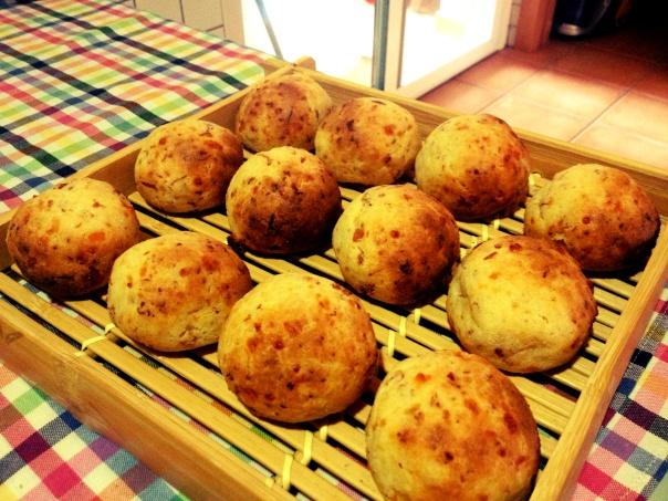 Panes de queso y jamón serrano